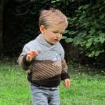 Le pull d'hiver d'un petit enfant